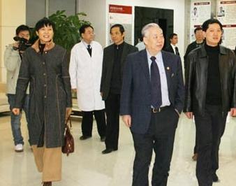 原卫生部副部长曹泽毅视察重庆明好医院并题词